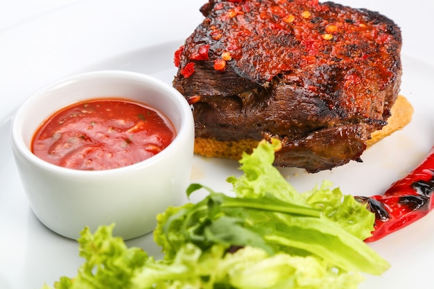Gegrilltes rindfleisch mit sauce