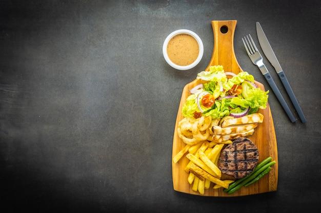 Gegrilltes rindfleischsteak mit pommes-frites-sauce