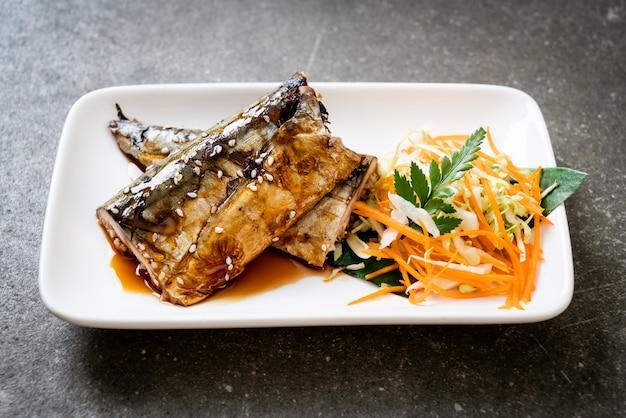Gegrilltes saba-fischsteak mit teriyaki-sauce