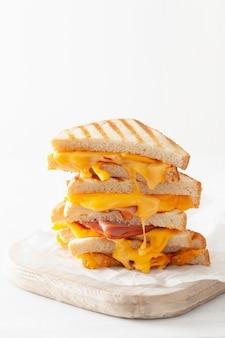 Gegrilltes schinken-käse-sandwich