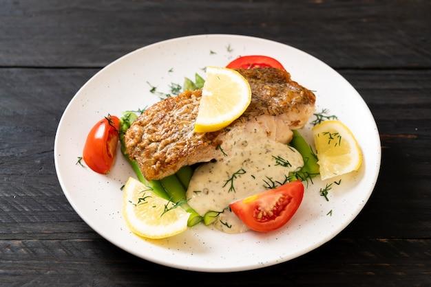 Gegrilltes schnapper-fischsteak mit gemüse