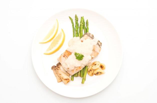 Gegrilltes schnapperfischsteak mit gemüse