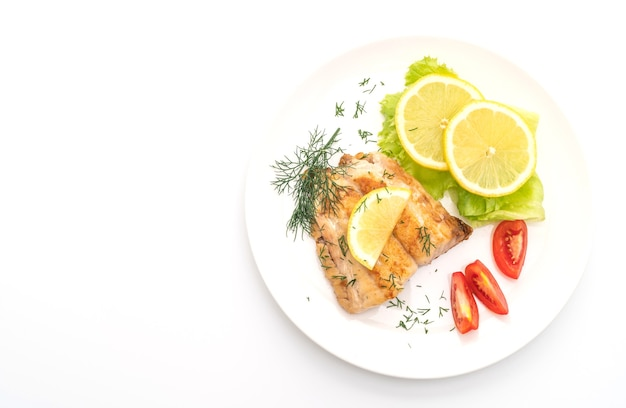 Gegrilltes schnapperfischsteak mit vagetisch isoliert auf weißem tisch
