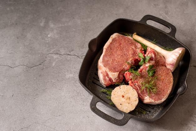 Gegrilltes schwarzes angus steak und fleischgabel auf grill