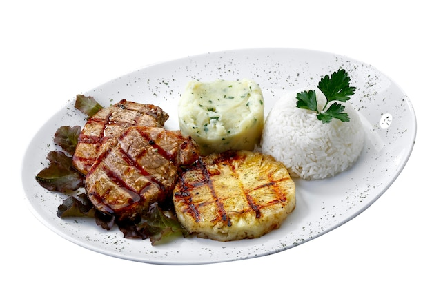 Gegrilltes schweinefleisch mit ananas auf weißem hintergrund
