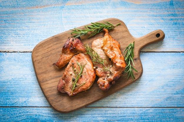Gegrilltes schweinefleisch mit sauce und kräutern und gewürzen