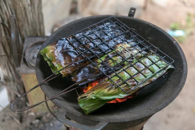 Gegrilltes steak in schwarzem brennholz.