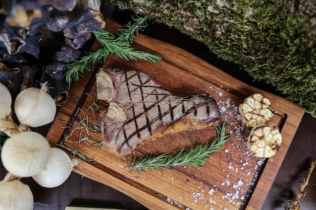 Gegrilltes steak knoblauch salz pfeffer rosmarin