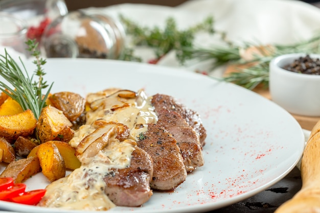 Gegrilltes steak mit kartoffelspalten