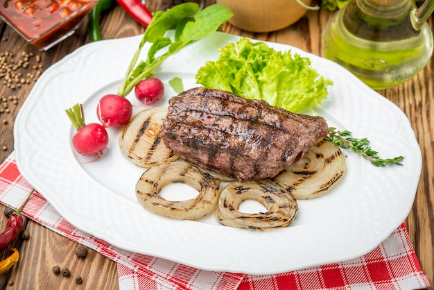 Gegrilltes steak und gemüse auf dem grill