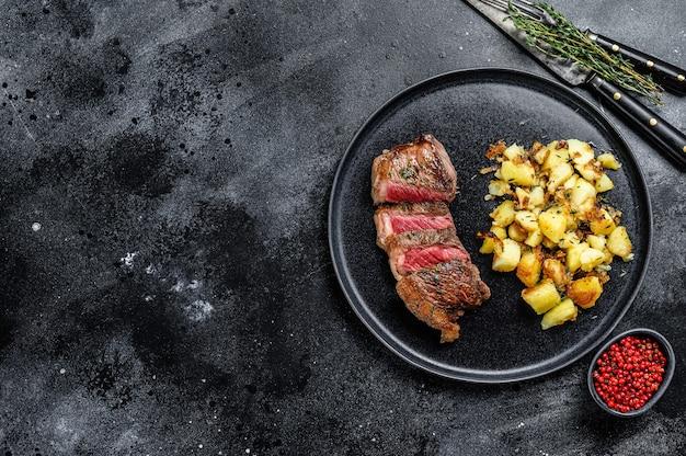 Gegrilltes striploin-steak mit kartoffel, rindfleisch