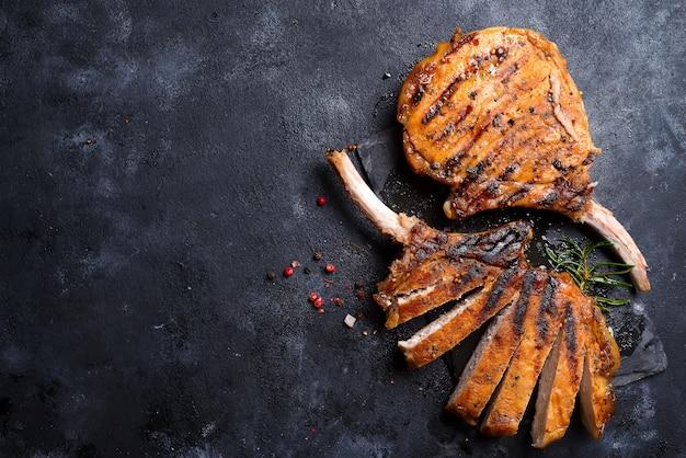 Gegrilltes t-bone-steak auf steintisch. draufsicht mit textfreiraum