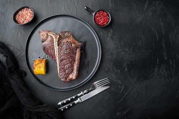 Gegrilltes t-bone-steak-set auf teller