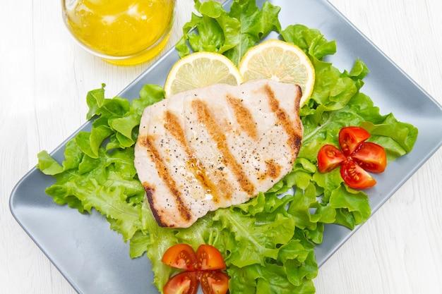 Gegrilltes thunfischfilet mit salat und tomaten Premium Fotos