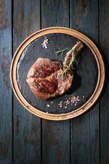 Gegrilltes tomahawk-steak