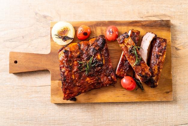 Gegrilltes und gegrilltes schweinefleisch