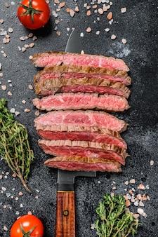 Gegrilltes und geschnittenes steak mit gewürzen