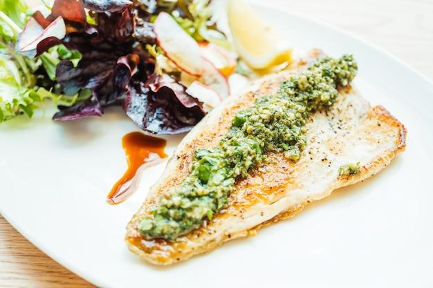 Gegrilltes wolfsbarschfisch-fleischsteak mit gemüse