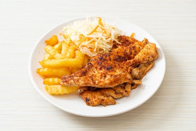 Gegrilltes würziges barbecue chicken steak mit pommes frites