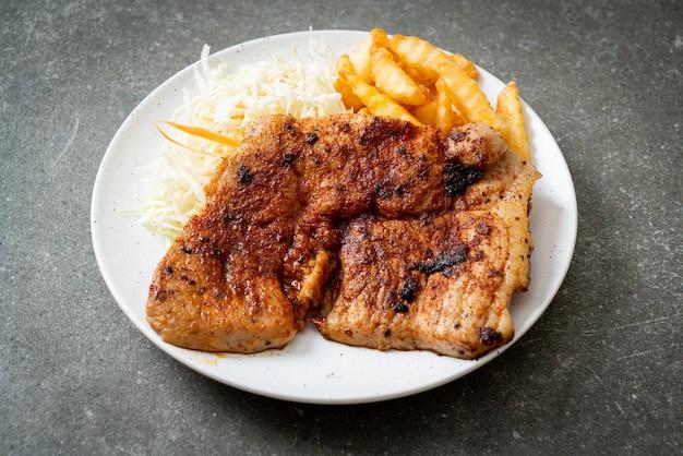 Gegrilltes würziges barbecue kurobuta schweinesteak mit pommes frites