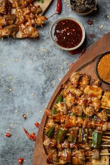 Gegrilltes würziges chili es heißt maha. dekorieren sie das gericht wunderschön.