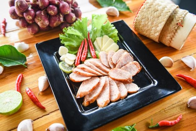 Gegrilltes wurstschweinefleisch geschnittenes gebackenes schweinefleisch gebraten mit kräutern des klebrigen reises und gewürzbestandteilen