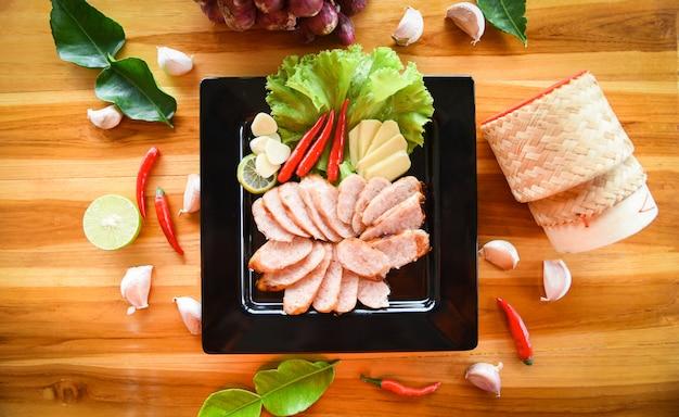 Gegrilltes wurstschweinefleisch geschnittenes gebackenes schweinefleisch gebraten