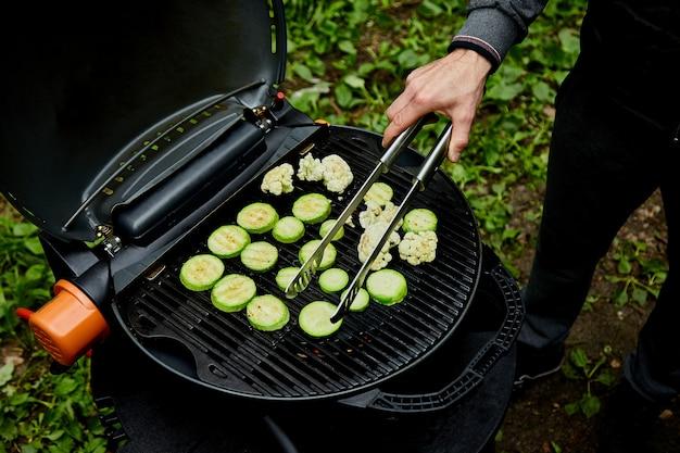 Gegrilltes zucchinigemüse auf sehr großem gasgrill