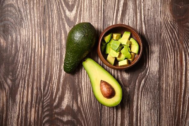 Gehackte avocados in einer schüssel auf holztisch