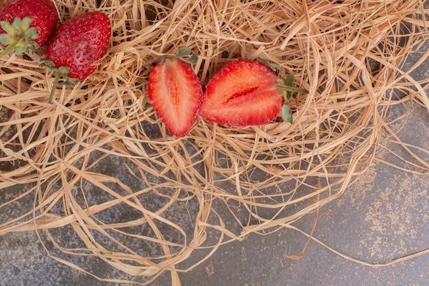 Gehackte erdbeere auf marmoroberfläche