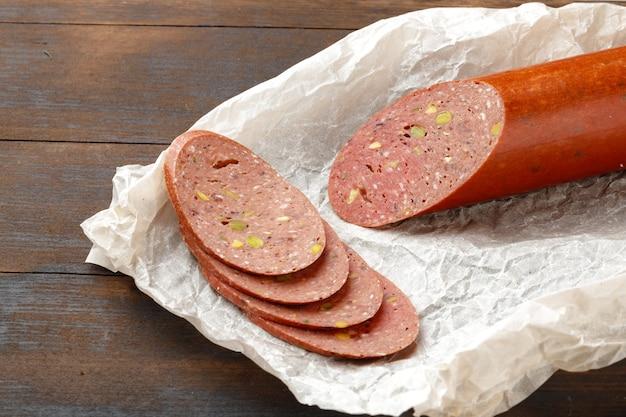 Gehackte fleischwurst auf holzbrett hautnah
