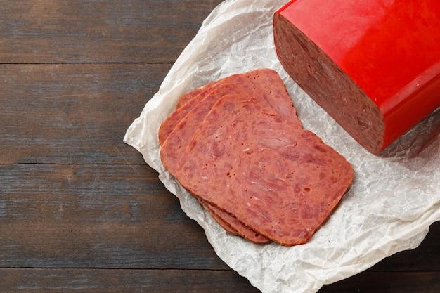 Gehackte fleischwurst auf holzbrett nah oben