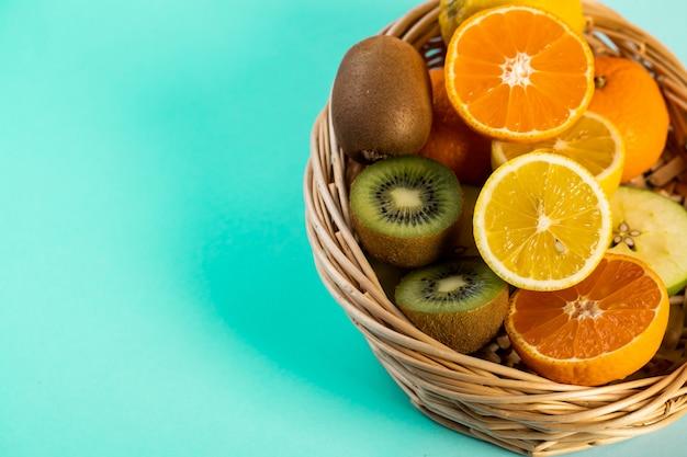 Gehackte früchte in einem weidenkorb auf dem tisch