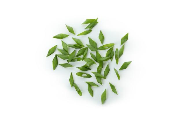 Gehackte grüne zwiebel lokalisiert auf weiß