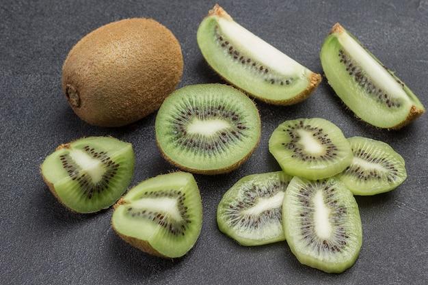 Gehackte kiwi-beeren. eine ganze kiwi. draufsicht