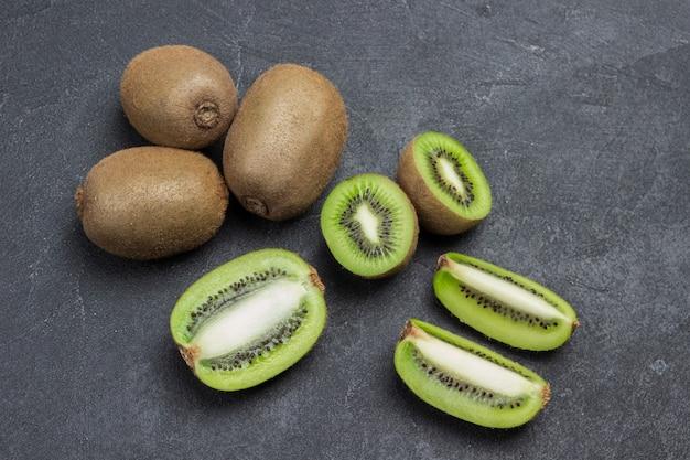 Gehackte kiwi-beeren und ganze kiwi-früchte. flach liegen
