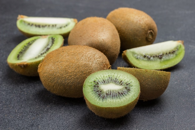 Gehackte kiwi-beeren und ganze kiwi-früchte. nahansicht. draufsicht