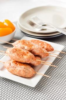 Gehackte truthahnkebabs auf quadratischer weißer platte