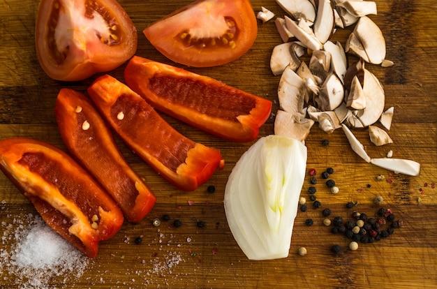 Gehackte vetables und pilze auf schneidebrett draufsicht