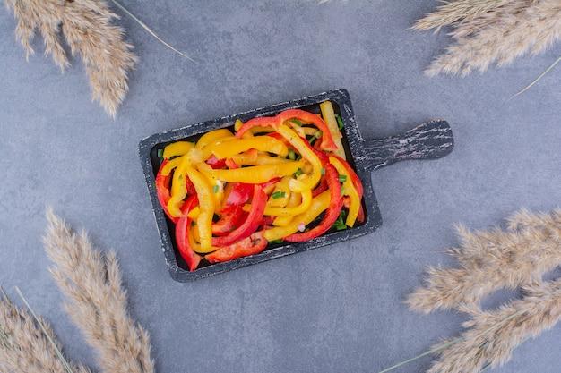 Gehackter bunter paprikasalat auf einer platte