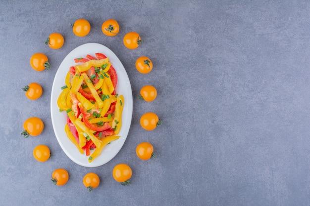 Gehackter bunter paprikasalat mit kirschtomaten beiseite