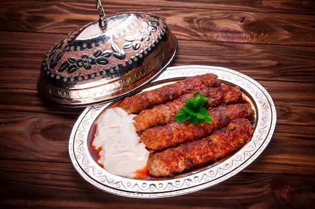 Gehackter hammelfleisch mit sauce