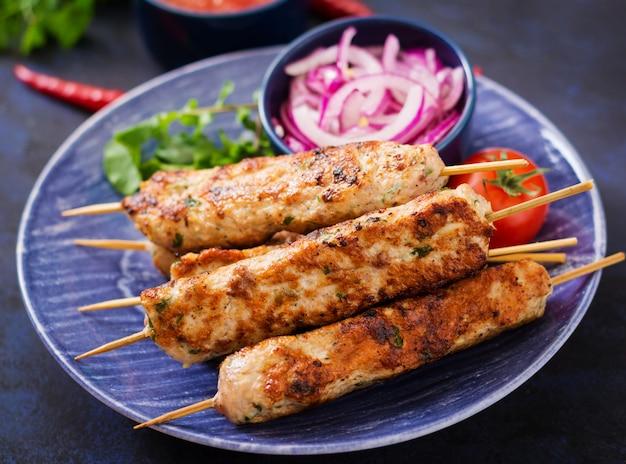 Gehackter lula-kebab gegrillter truthahn (huhn) auf platte.