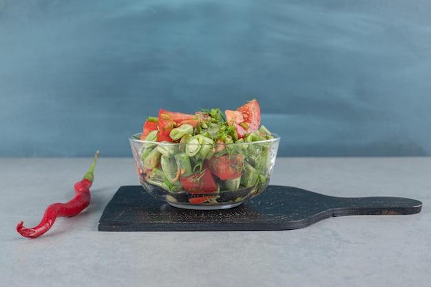 Gehackter tomatensalat mit bohnen und kräutern.