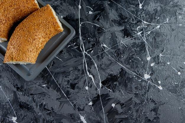 Gehackter türkischer bagel frischer süßer simit auf einem marmortisch.