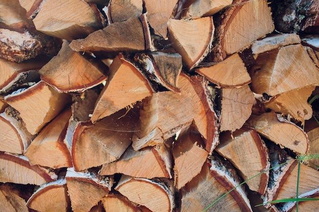 Gehacktes birkenbrennholz im holzstapel im sommer