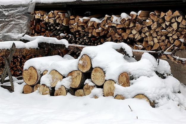 Gehacktes brennholz im holzstapel