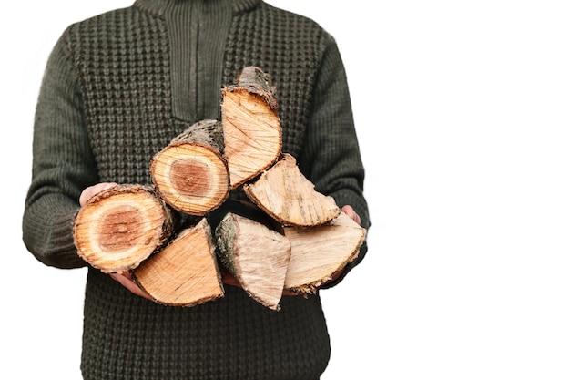 Gehacktes brennholz in männerhänden auf weißem hintergrund