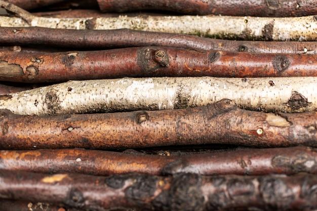 Gehacktes brennholz protokolliert in reihen. holz textur.