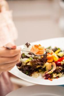 Gehacktes fleisch mit gemischtem salat